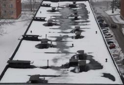 Ebaühtlase soojustuse mõjul sulanud lumi katusel. (TTÜ)